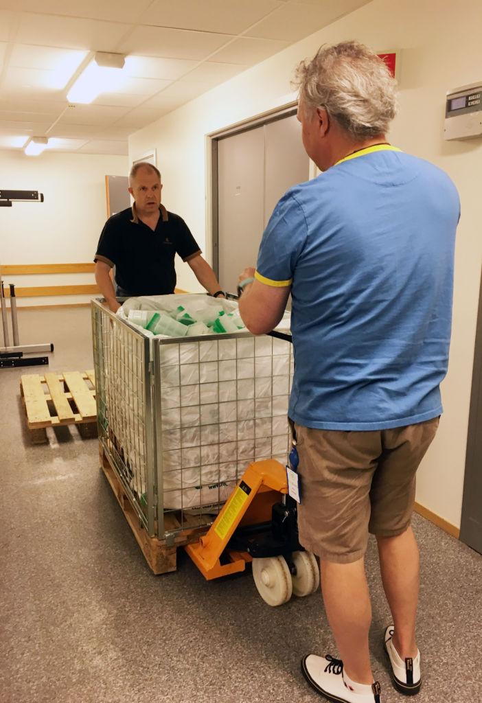 Daglig leder Sigbjørn Gregusson og systemansvarlig Arne Simensen klargjør pp-plasten for henting og gjenvinning.